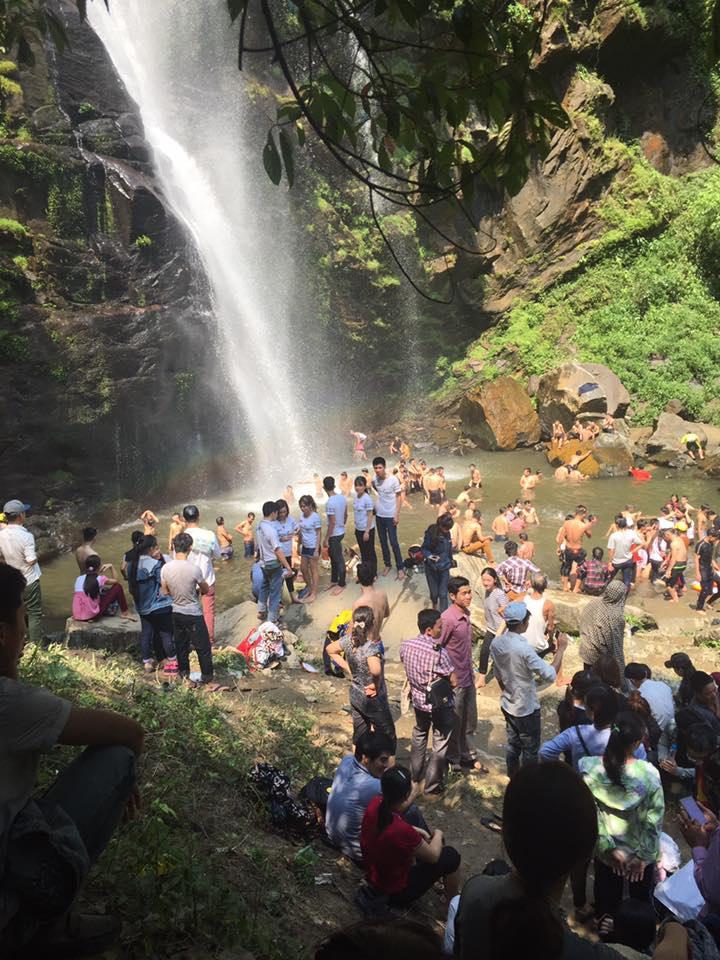 Tại thác Khe Kèm, trên bờ, nước nước đều đông đặc người (ảnh Hoàng Thủy).