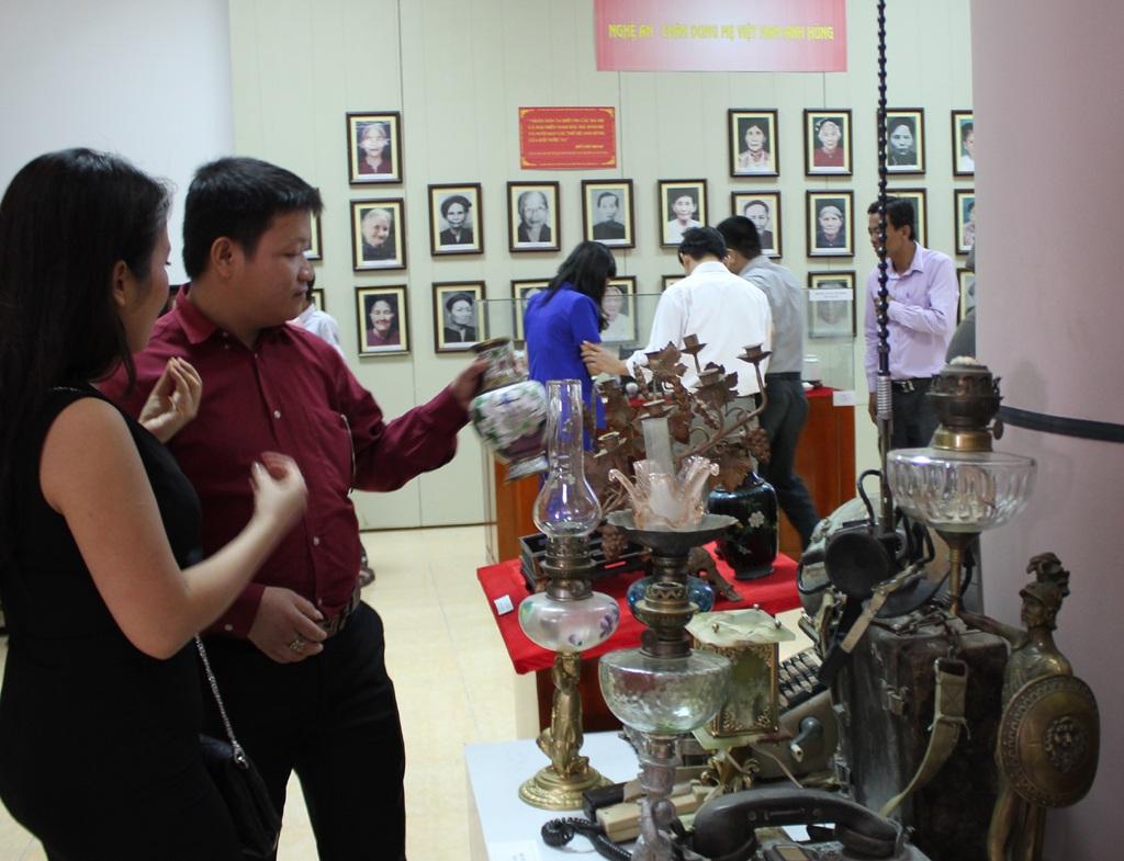 Những hiện vật thời nhà Nguyễn được các nhà sưu tầm đưa đến trưng bày tại triển lãm.