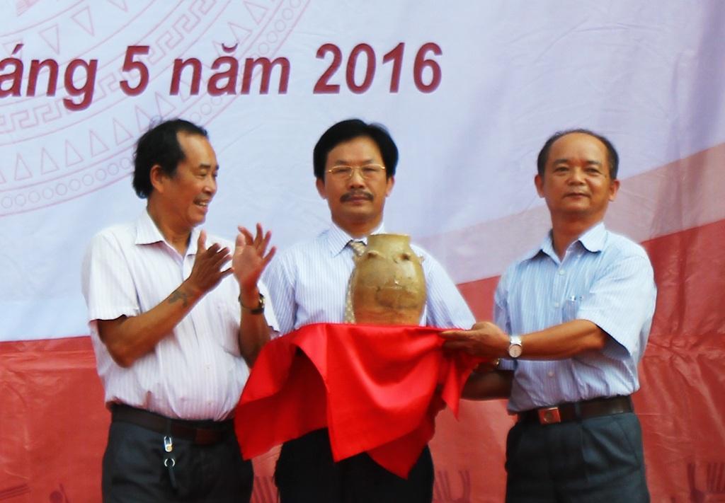 Hội Cổ vật Sông Lam trao tặng hiện vật cho Bảo tàng Nghệ An.