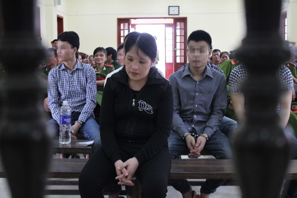 Nguyễn Thị Loan thút thít trước vành móng ngựa và cho biết không còn khả năng trả nợ.