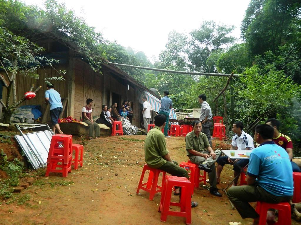 Gia đình chuẩn bị làm lễ an táng cho bà Vi Thị Thu Loan (ảnh Cường Nguyễn).