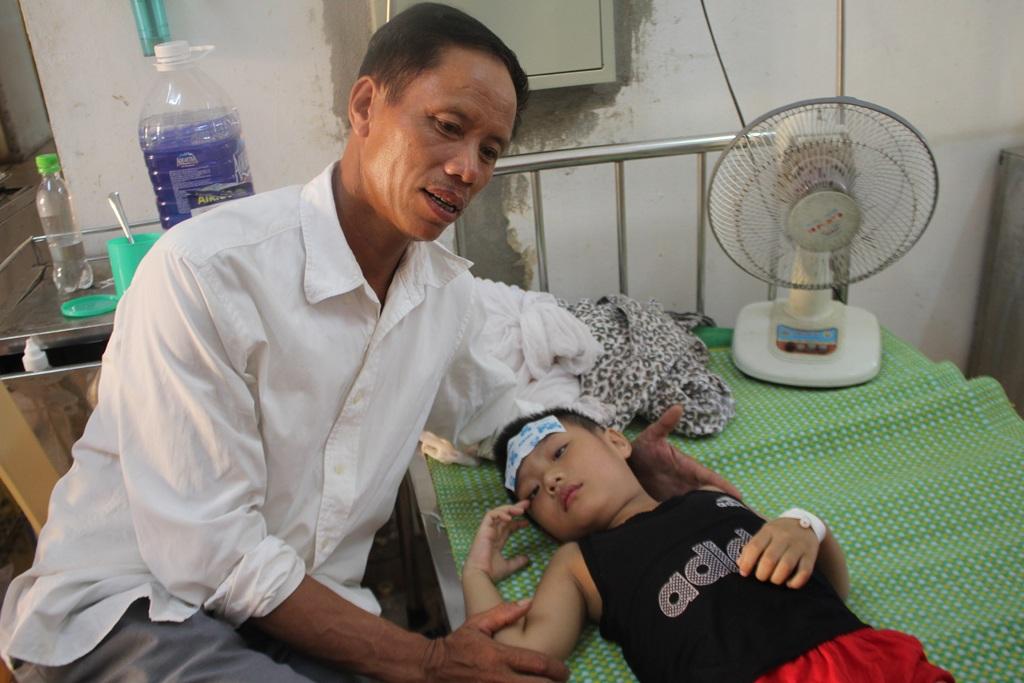 Bệnh nhi Chu Huy Khoa được đưa đến Bệnh viện Sản Nhi Nghệ An với những dấu hiệu điển hình của bệnh viêm não.