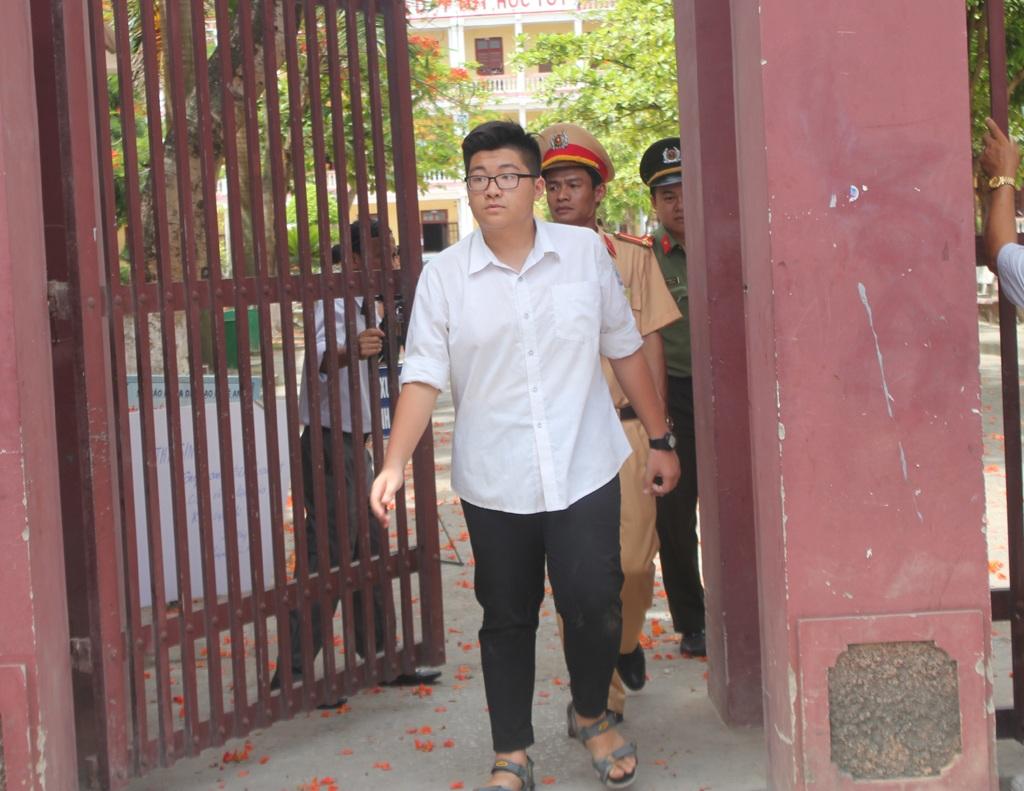 Những thí sinh đầu tiên rời phòng thi tại Hội đồng thi Trường THPT Huỳnh Thúc Kháng.
