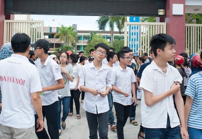 Thí sinh rời Hội đồng thi Trường THPT Hà Huy Tập (TP Vinh) sau buổi thi Ngoại ngữ.