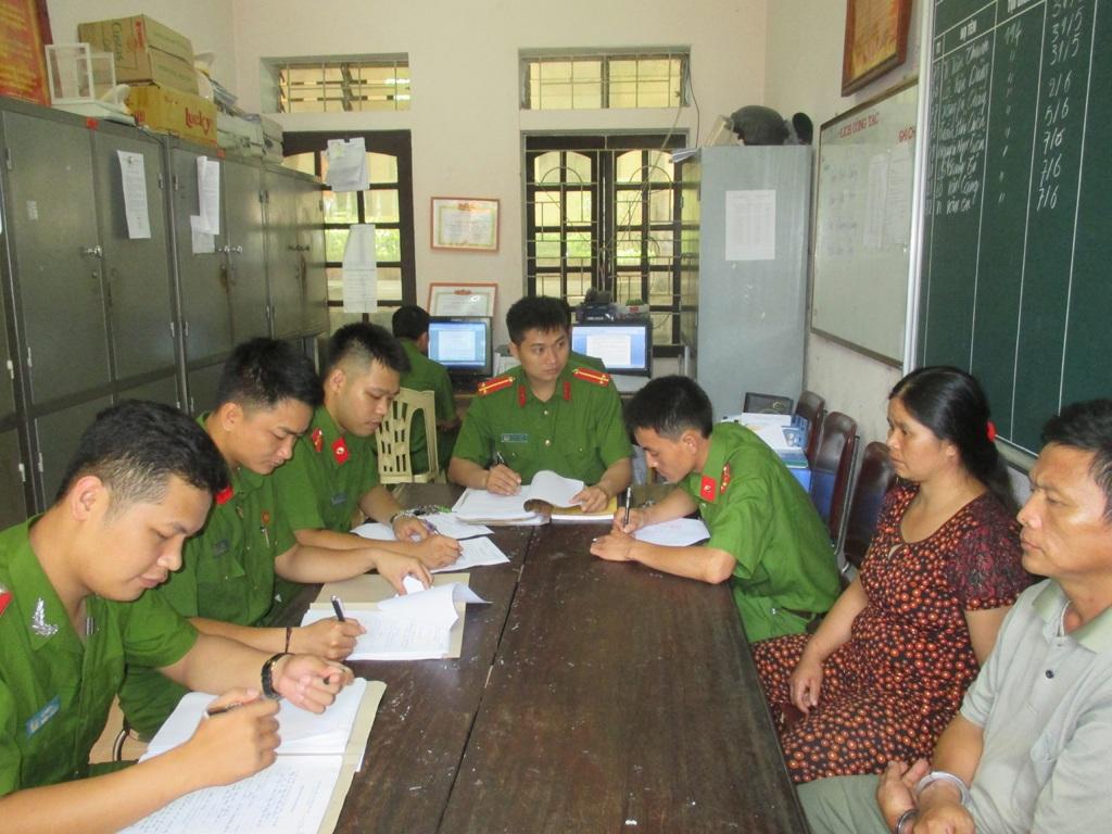 Công an huyện Tương Dương lấy lời khai ban đầu của hai đối tượng.
