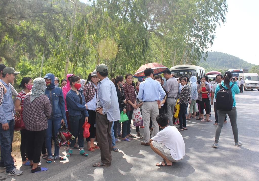 Nhiều công nhân bức xúc khi bị cấm đi bằng xe đưa đón, thậm chí xin đi nhờ xe máy cũng không được trong khi bản thân họ không có nhu cầu ở trọ.