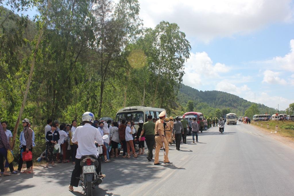 Sáng ngày 20/6, gần 10 xe ô tô đưa đón công nhân của Công ty TNHH điện tử BSE (KCN Nam Cấm, Nghi Lộc, Nghệ An) đã bị một số người dân chặn lại.
