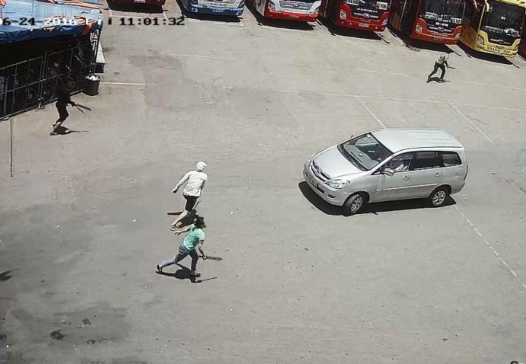 Nhóm thanh niên mang theo đao, kiếm đuổi đánh nhân viên Công ty CP bến xe Nghệ An (ảnh cắt từ clip do Công ty CP bến xe Nghệ An cung cấp)