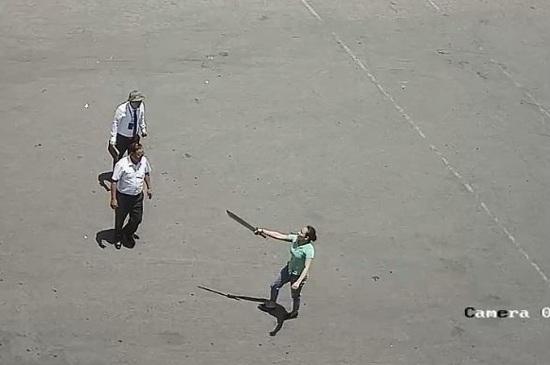 Người phụ nữ chĩa kiếm vào phía nhân viên bến xe Vinh (ảnh cắt từ clip).