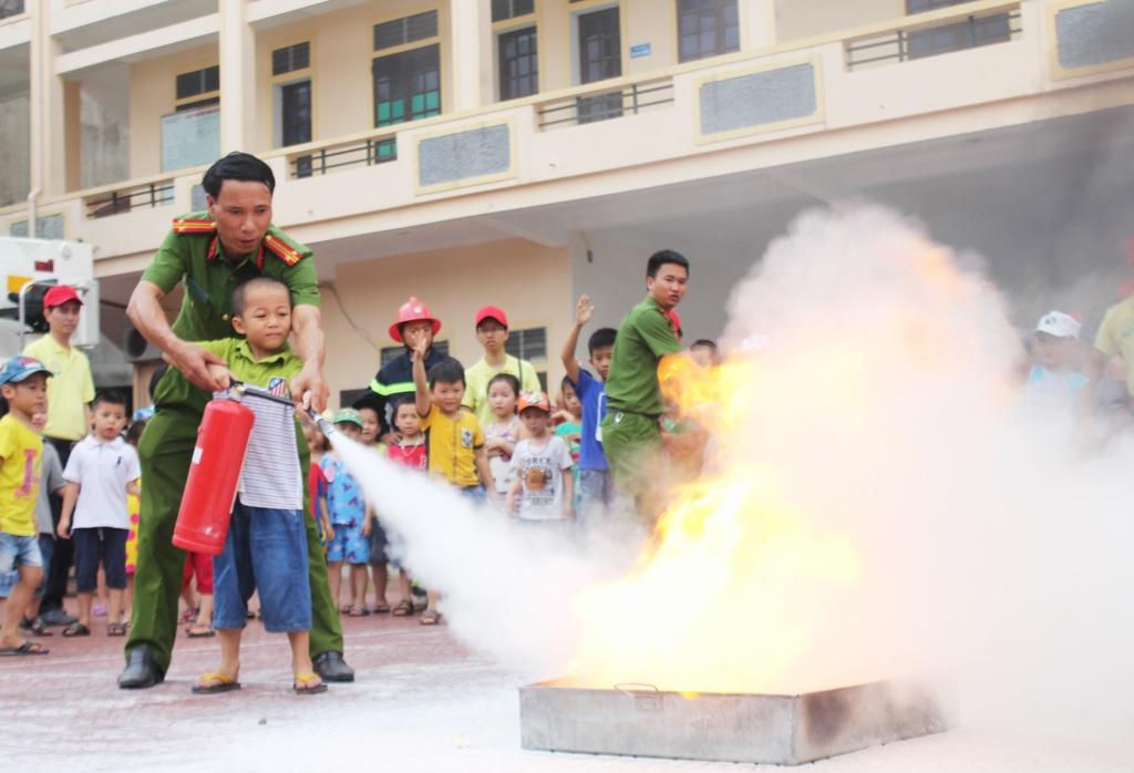 Dù ít tuổi nhưng các cháu tỏ ra tiếp thu và thực hành kỹ năng dập tắt đám cháy khá thuần thục...
