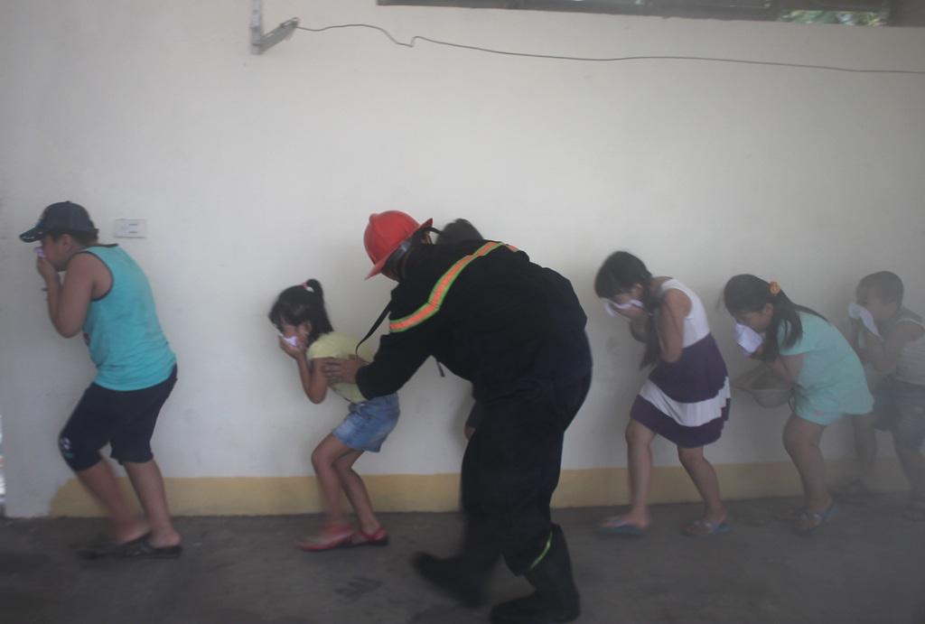 """Xem các bé chiến đấu với """"giặc lửa"""" - 9"""