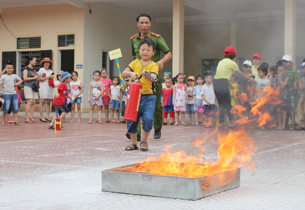 ... và trực tiếp thực hành dập đám cháy giả định.