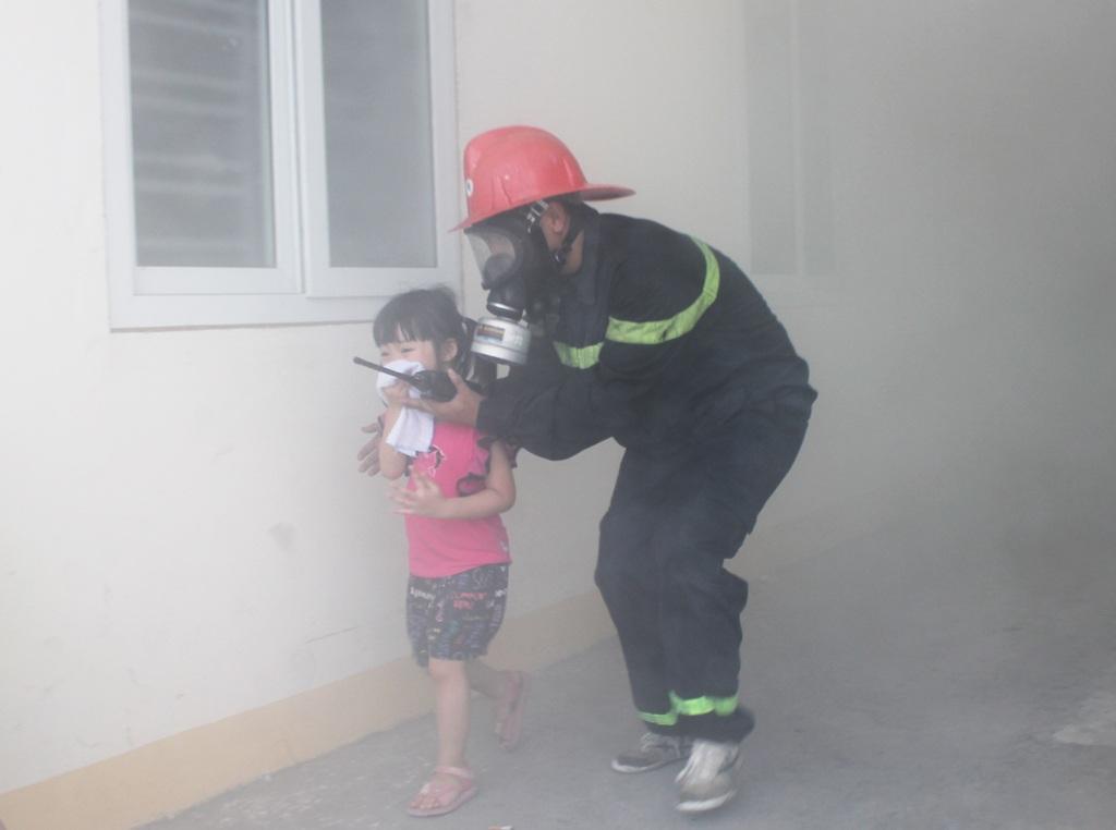 Những em nhỏ lần đầu tiên được trải nghiệm để chế ngự nỗi sợ hãi trong trường hợp xảy ra cháy nổ thật.