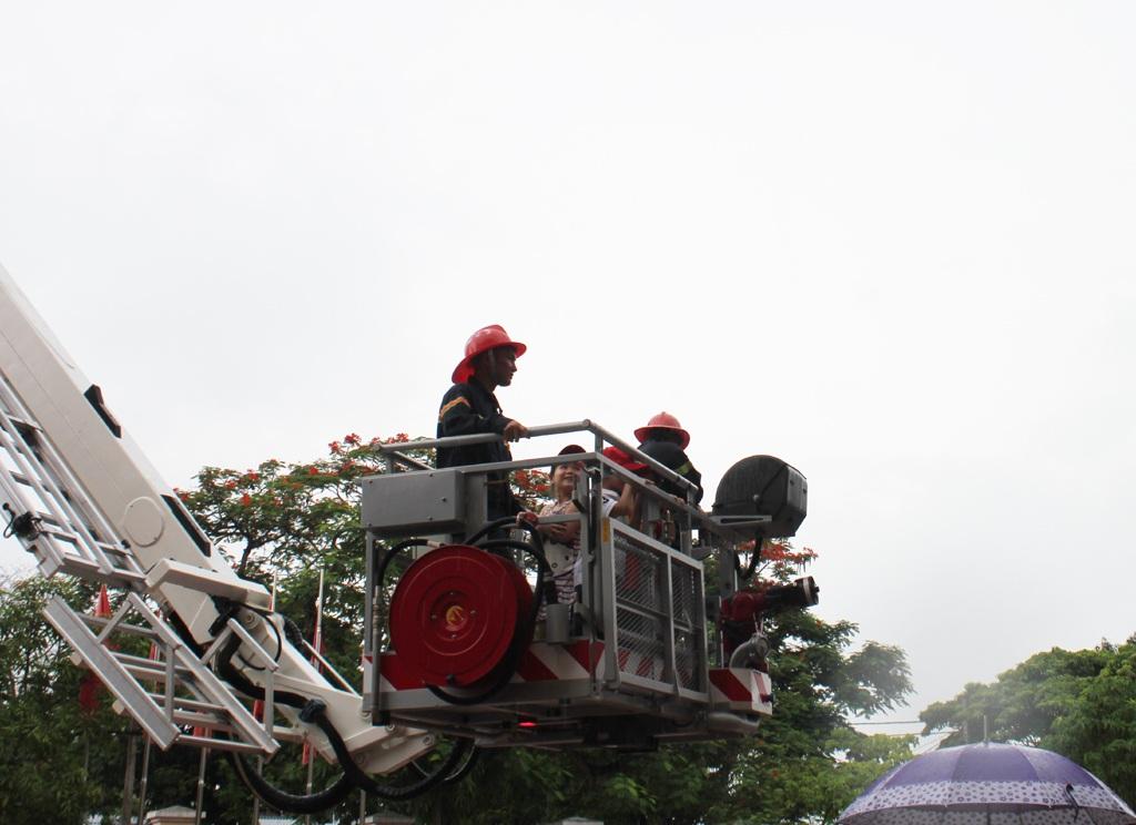 Được trực tiếp lên xe thang, trải nghiệm công việc của người lính PCCC, cứu nạn, cứu hộ.