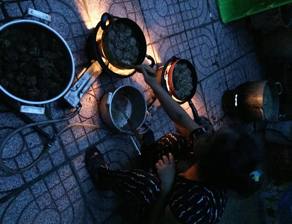 Công tác chuẩn bị cho bữa cơm tiếp sức mùa thi trong ngày đầu tiên được triển khai từ 4h sáng.