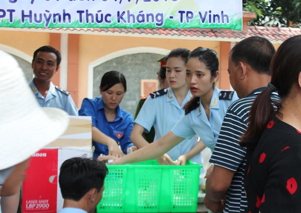 Cơm được tập kết trước điểm thi Trường THPT Huỳnh Thúc Kháng (TP Vinh) khi buổi thi đầu tiên sắp kết thúc.