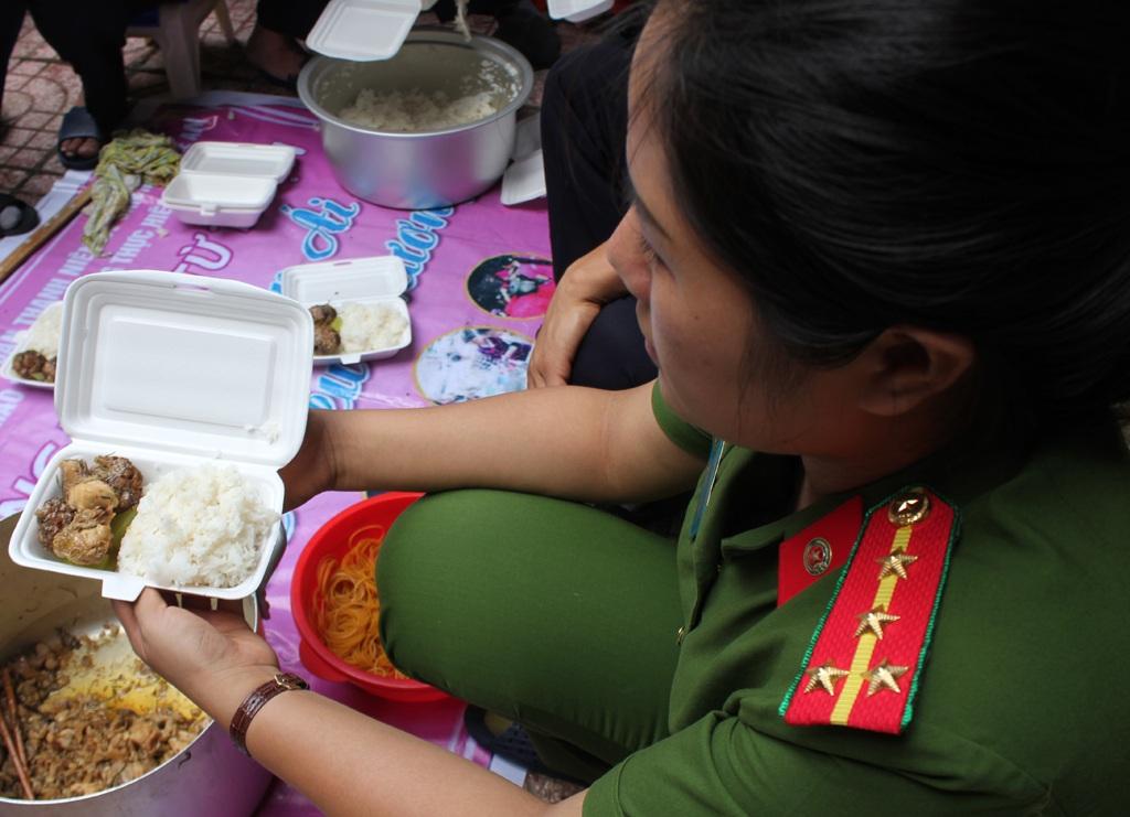 Mỗi suất cơm trị giá 20 nghìn đồng đảm bảo chất dinh dưỡng, vệ sinh an toàn thực phẩm...