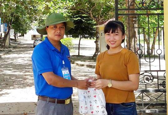 Thí sinh Lê Thị Ni Na là thí sinh duy nhất của thị xã Thái Hòa (thuộc cụm thi địa phương do Sở GD-ĐT Nghệ An tổ chức) đăng kí môn Vật Lý. Trước khi buổi thi diễn ra, Ni Na nhận được món quà động viên khích lệ từ các anh chị tình nguyện viên.