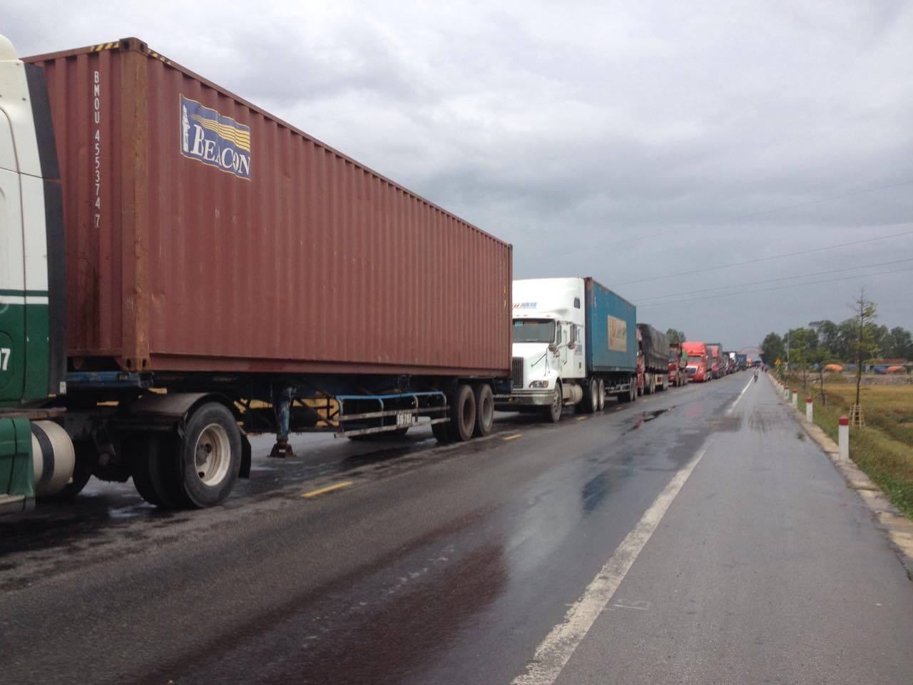 Quốc lộ 1A đoạn tránh TP Vinh tắc nghẽn kéo dài sau vụ tai nạn hi hữu.