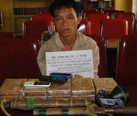 Xồng Bá Tu thời điểm bị lực lượng biên phòng Nghệ An bắt giữ cùng với tang vật 10 bánh heroin.
