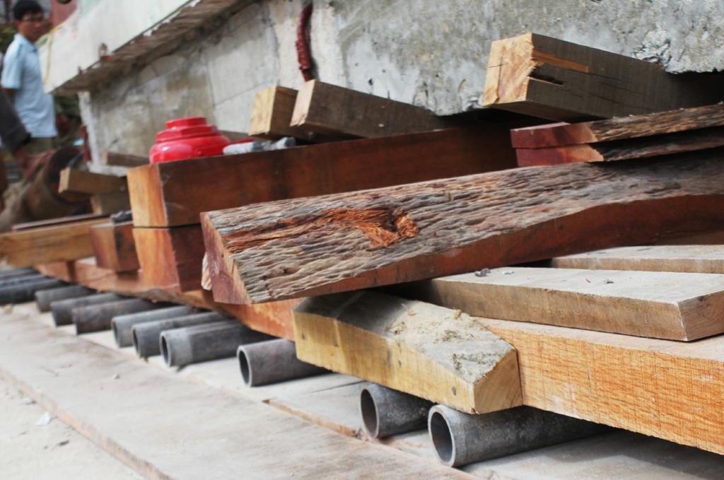 Toàn bộ phần móng đã bị cắt, được đỡ bằng những khúc gỗ và hệ thống con lăn bằng thép...