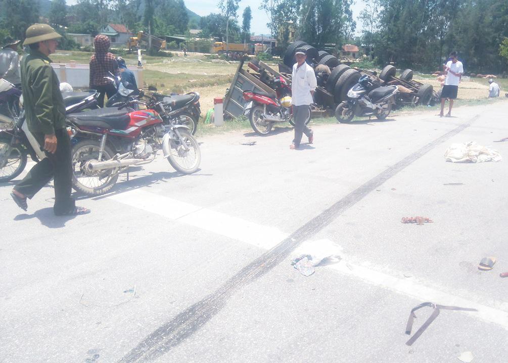Chiếc ô tô tải phanh cháy đường rồi lật xuống ruộng sau khi va chạm với xe máy.