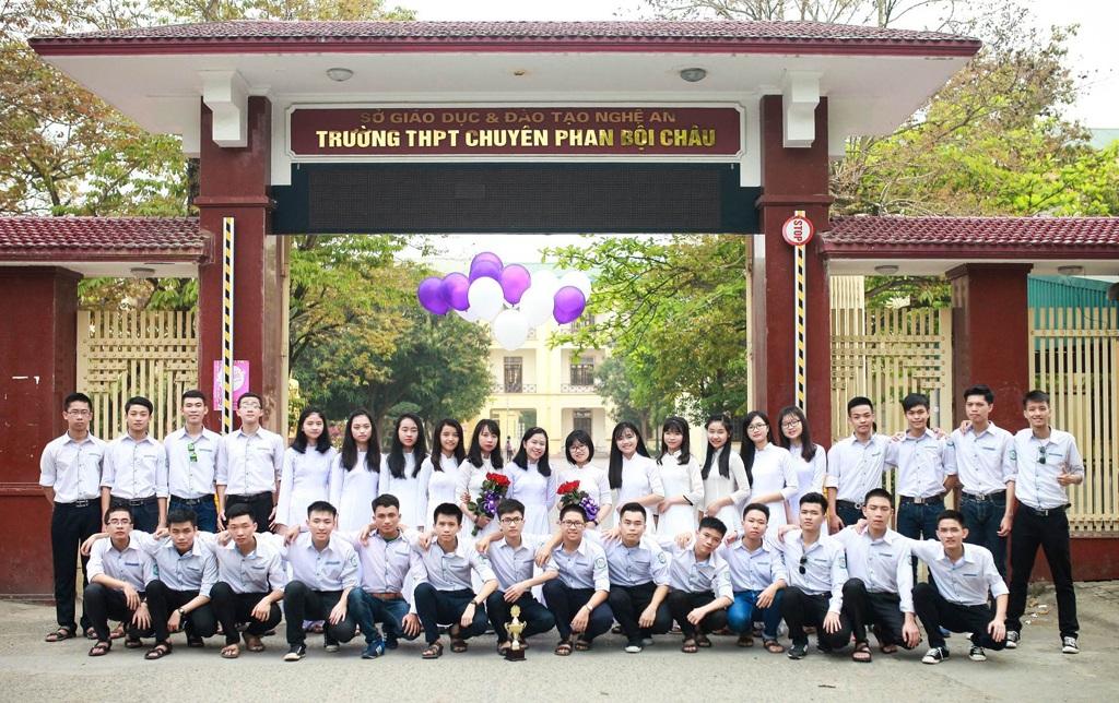 Tập thể lớp 12A1 Trường THPT chuyên Phan Bội Châu được dự đoán là lớp có nhiều thủ khoa, á khoa xét tuyển đại học sau kỳ thi THPT quốc gia 2016 tại cụm thi Vinh (ảnh thầy Thái cung cấp).
