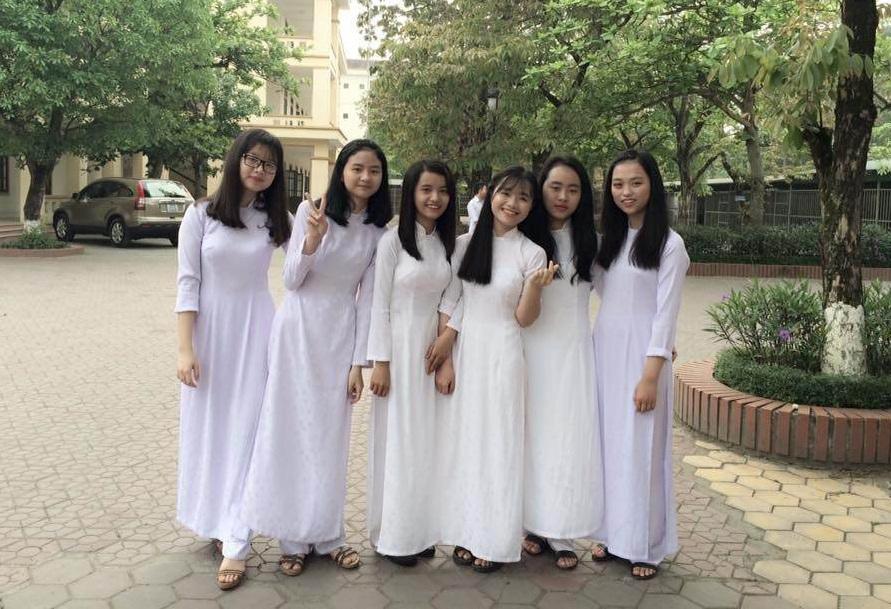 Trần Quỳnh Trang (ngoài cùng bên phải) cùng các bạn trong lớp.