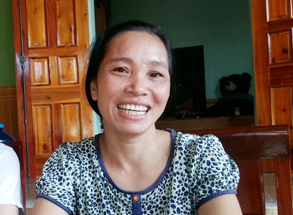 Chị Phan Thị Phương không dấu nổi niềm vui trước thành quả 1 năm học tập miệt mài của con gái.