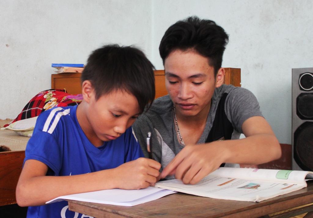 Tranh thủ những ngày nghỉ hè, Kiệt hướng dẫn em trai ôn luyện kiến thức chuẩn bị cho năm học mới.