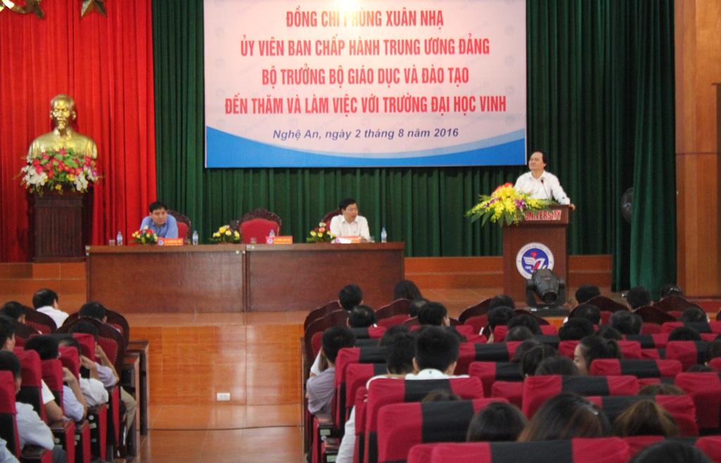 Bộ trưởng Bộ GD&ĐT Phùng Xuân Nhạ trò chuyện với sinh viên Trường ĐH Vinh.