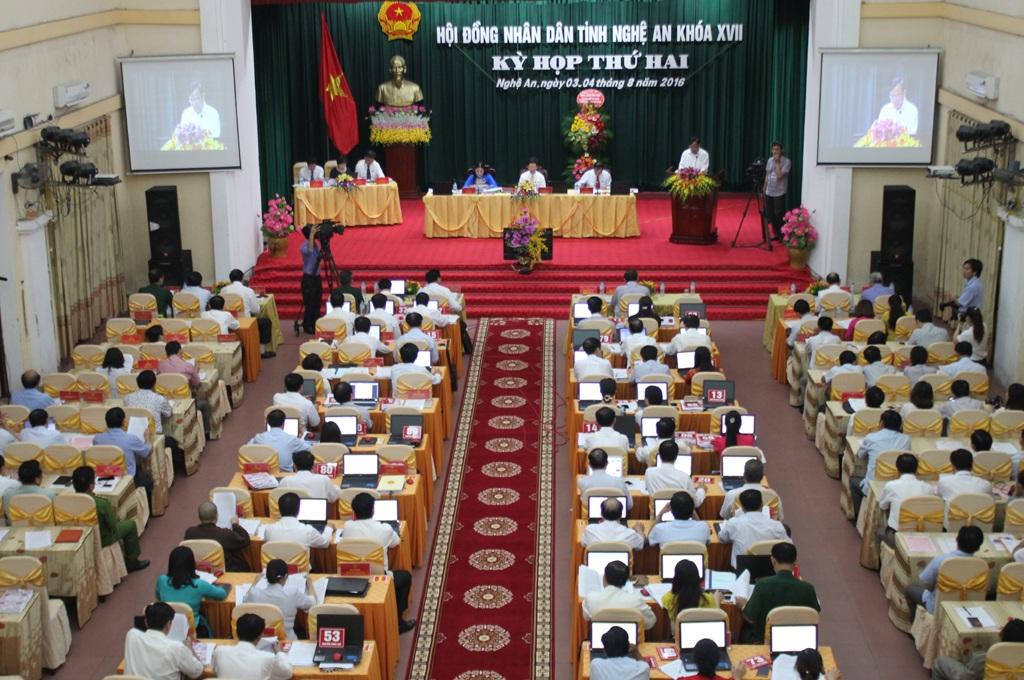 Các đại biểu tham dự kỳ họp thứ 2, HĐND tỉnh Nghệ An khóa XVII nghe báo cáo về tình hình kinh tế, xã hội, an ninh. quốc phòng... 6 tháng đầu năm 2016 trong phiên khai mạc vào sáng ngày 3/8.
