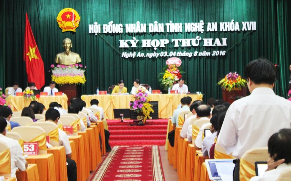 Các đại biểu nghe báo cáo giải trình một số vấn đề tại ngày làm việc thứ 2, kỳ họp thứ 2, HĐND tỉnh Nghệ An khóa XVII.