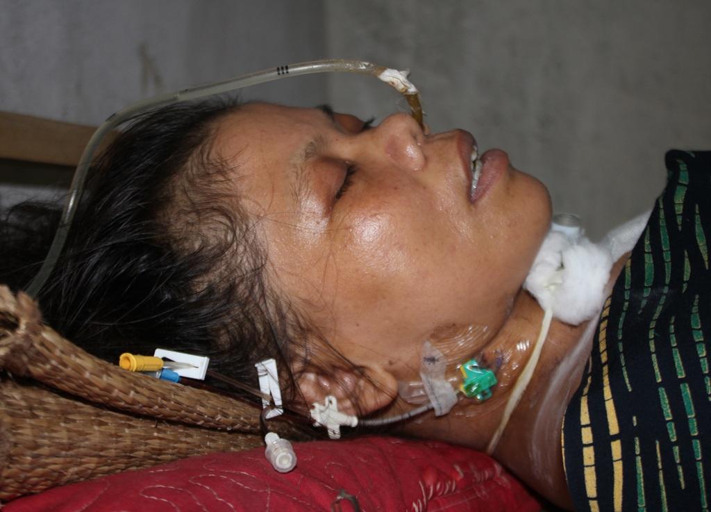 Sau phẫu thuật tim, chị Dương Thị Nga bị chảy máu não, rơi vào tình trạng sống thực vật.