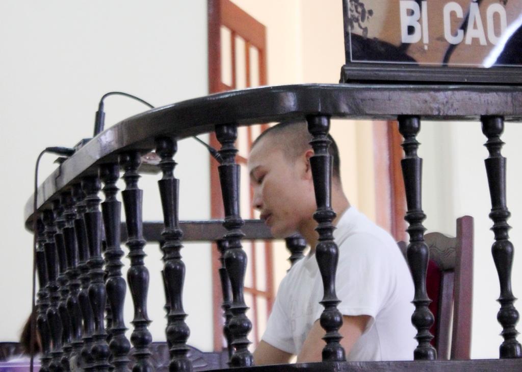 Bị cáo Vi Văn Sinh bị đau chân nên được Chủ tọa cho phép ngồi trong quá trình xét xử.