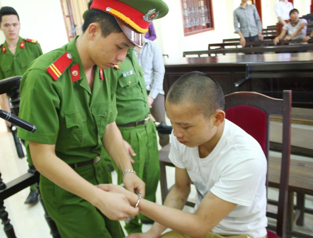 Với hành vi giết người, Vi Văn Sinh bị tuyên phạt 12 năm tù.