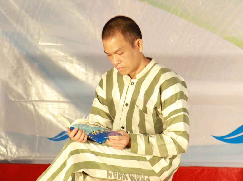Phạm nhân Đặng Văn Thế trong 1 phân cảnh về tuyên truyền, phổ biến pháp luật được tổ chức trong trại giam.