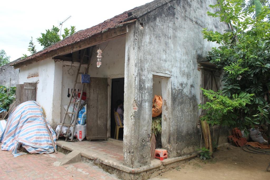 Căn nhà cũ kỹ của mẹ con Trang nằm ở vùng trũng nhất xóm, mùa lũ thường ngập quá nền nhà.