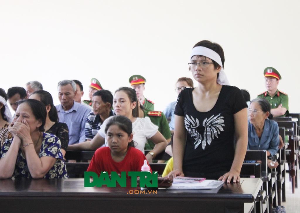 Đại diện hợp pháp của người bị hại tại phiên tòa, tuy nhiên đến phiên xét xử buổi chiều, phía bị hại không vào tòa để phán đối việc lực lượng cảnh sát không cho tất cả người dân có mặt vào phòng xét xử.