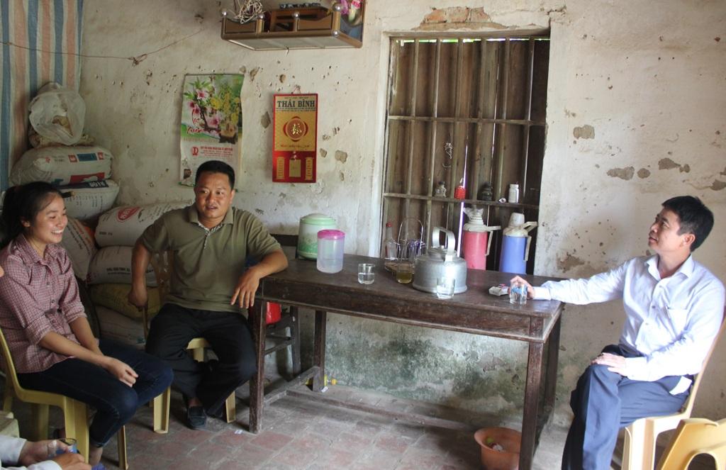 Đại diện Quỹ học bổng Thắp sáng niềm tin trực tiếp khảo sát về điều kiện cấp học bổng đối với em Trịnh Thị Huyền Trang.