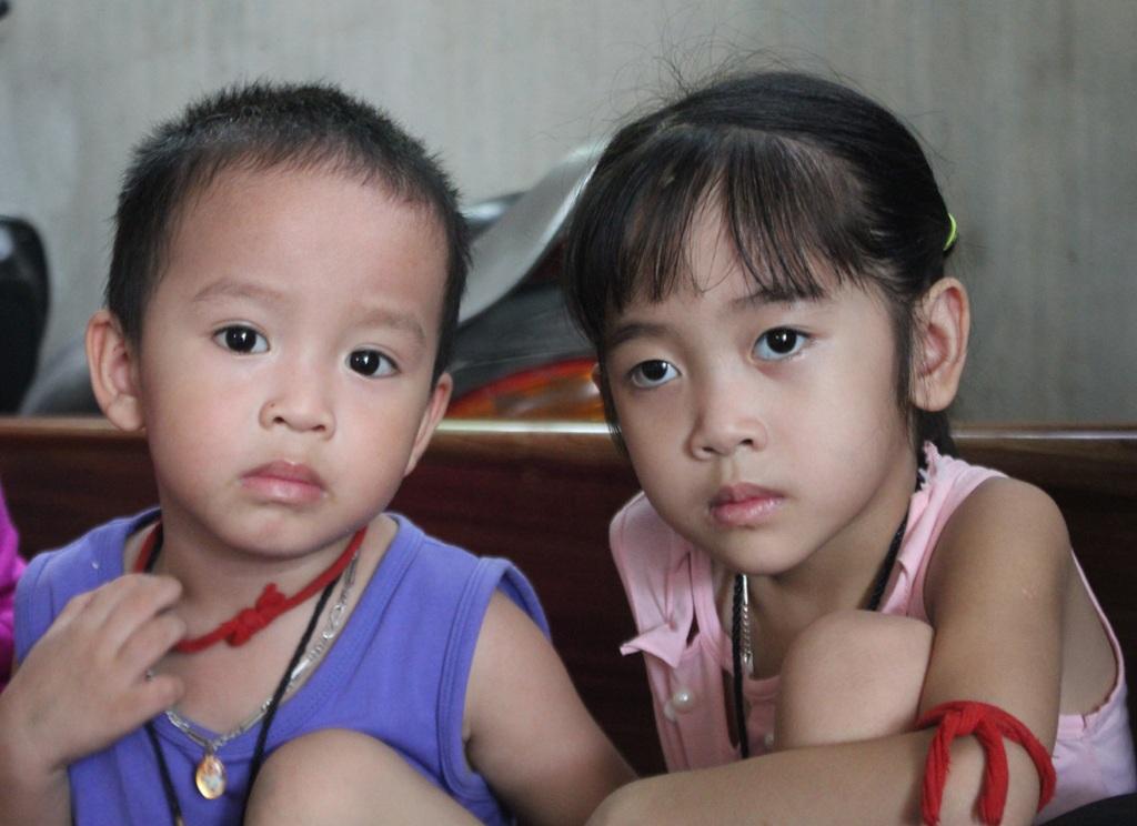 Bố bị giết, mẹ chết vì tai nạn giao thông, hai chị em bé Ngọc phải chịu cảnh mồ côi cả cha lẫn mẹ.