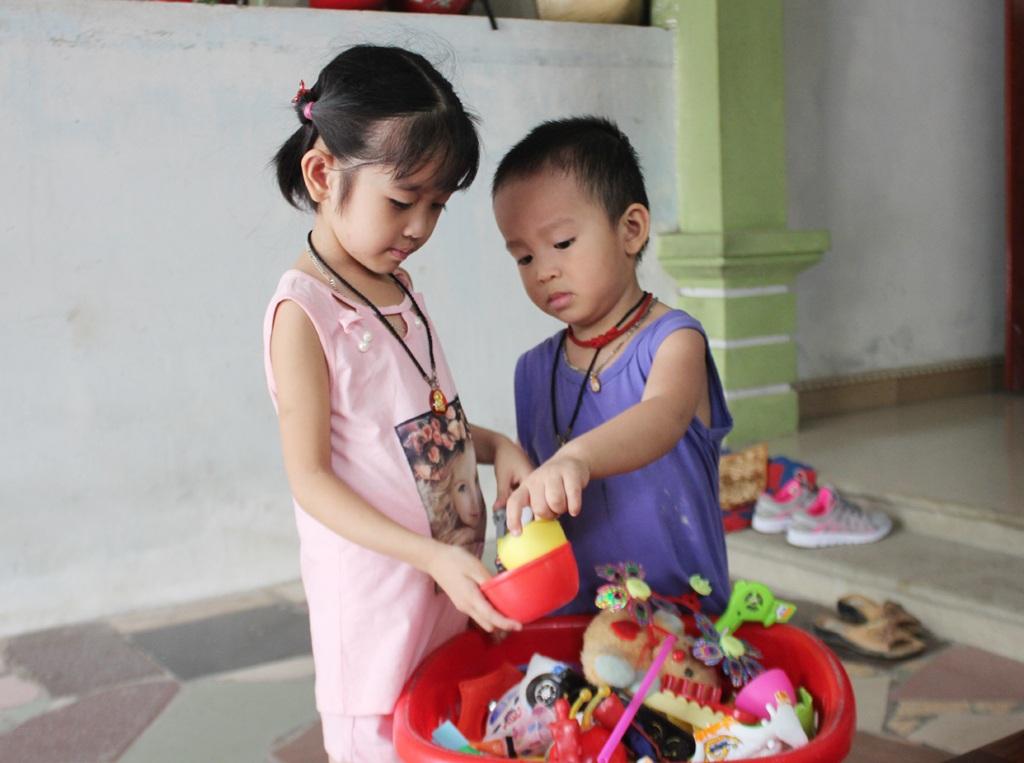 Hai đứa trẻ còn quá nhỏ để hiểu hết mỗi mất mát mà chúng đang trải qua.