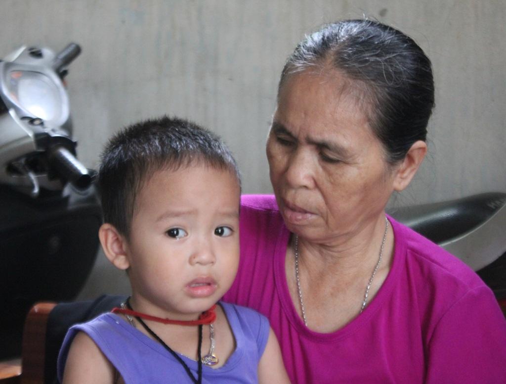 Bố chết khi bé Sang mới hoài thai, chưa đầy 3 tuổi, bé phải mang thêm khăn tang của mẹ.