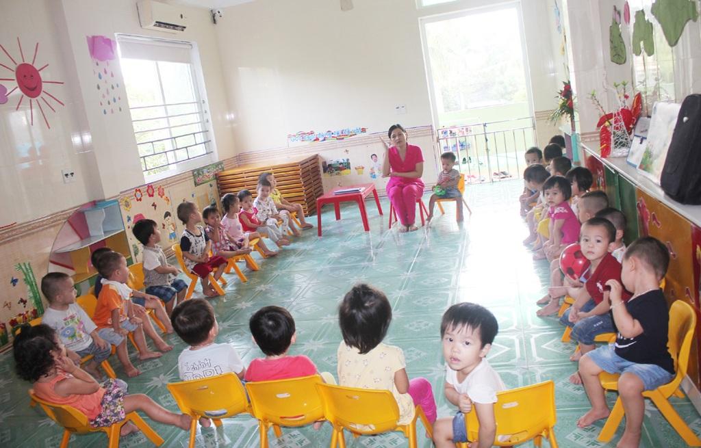 Nghệ An hiện có 31 trường mầm non tư thục và dân lập nhưng chưa đáp ứng được nhu cầu ra lớp của trẻ. Trong ảnh là một giờ học của các cháu nhà trẻ Trường mầm non Việt Anh, TP Vinh.