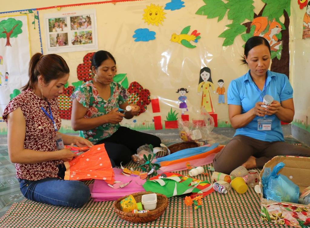 Các giáo viên mầm non huyện Quỳ Hợp (Nghệ An) chuẩn bị đồ dùng, đồ chơi cho trẻ.
