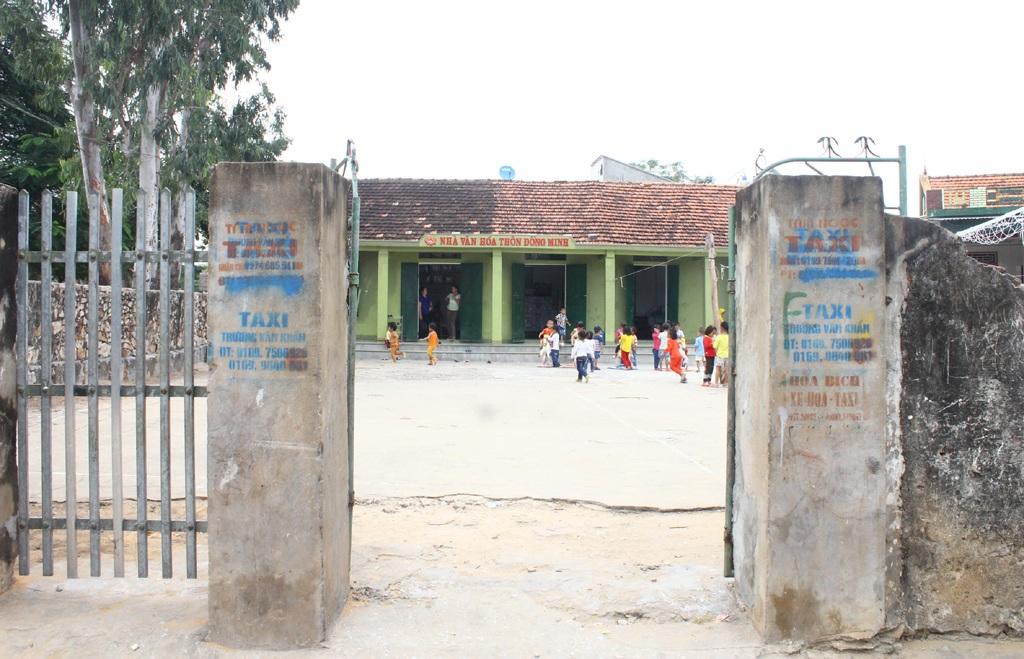 Các cháu mầm non xóm Đồng Minh (xã Quỳnh Lập, thị xã Hoàng Mai, Nghệ An) đang học nhờ nhà văn hóa xóm.