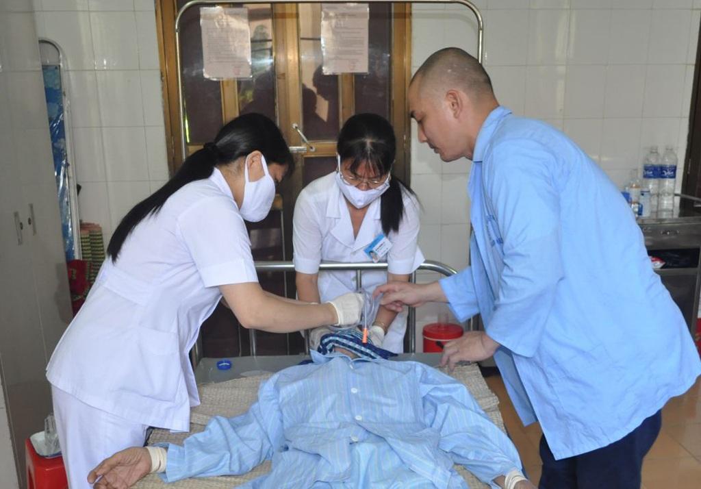 Bác sỹ Bệnh viện Tâm thần Nghệ An điều trị cho bệnh nhân nội trú (ảnh Anh Tuấn).