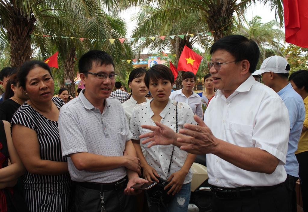 Ông Thái Huy Vinh - Phó GĐ Sở GD-ĐT Nghệ An giải đáp những thắc mắc của phụ huynh về mô hình VNEN.