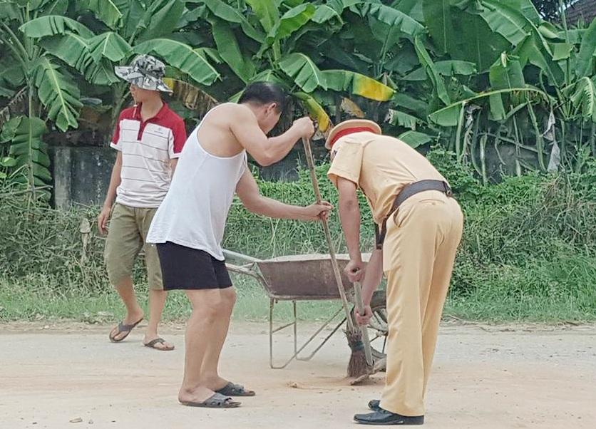 Người dân sống hai bên đường cũng đến hỗ trợ thu gom đất, giải phóng đường (ảnh facebook)
