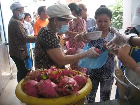 Người dân mua thanh long giá rẻ tặng bếp ăn từ thiện phục vụ người nghèo